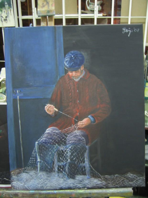 Pescador arreglando las redes